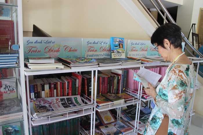Gian trưng bày giới thiệu khu di tích, những cuốn sách, hình ảnh về đời hoạt động của Bác