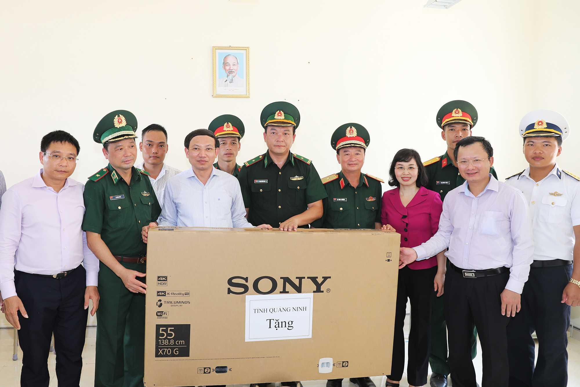Bí thư Tỉnh ủy Nguyễn Xuân Ký tặng qua cho cán bộ, chiến sĩ công tác và nhân dân sống trên đảo