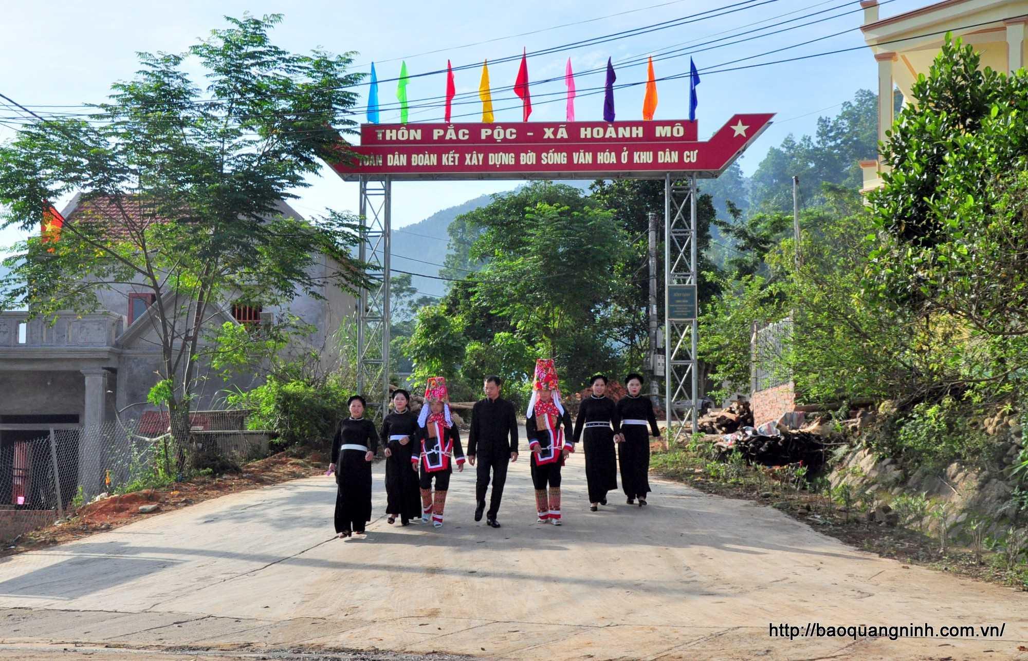 Người dân các thôn, bản trên địa bàn xã Hoành Mô nô nức về dự lễ gắn biển trên con đường bê tông