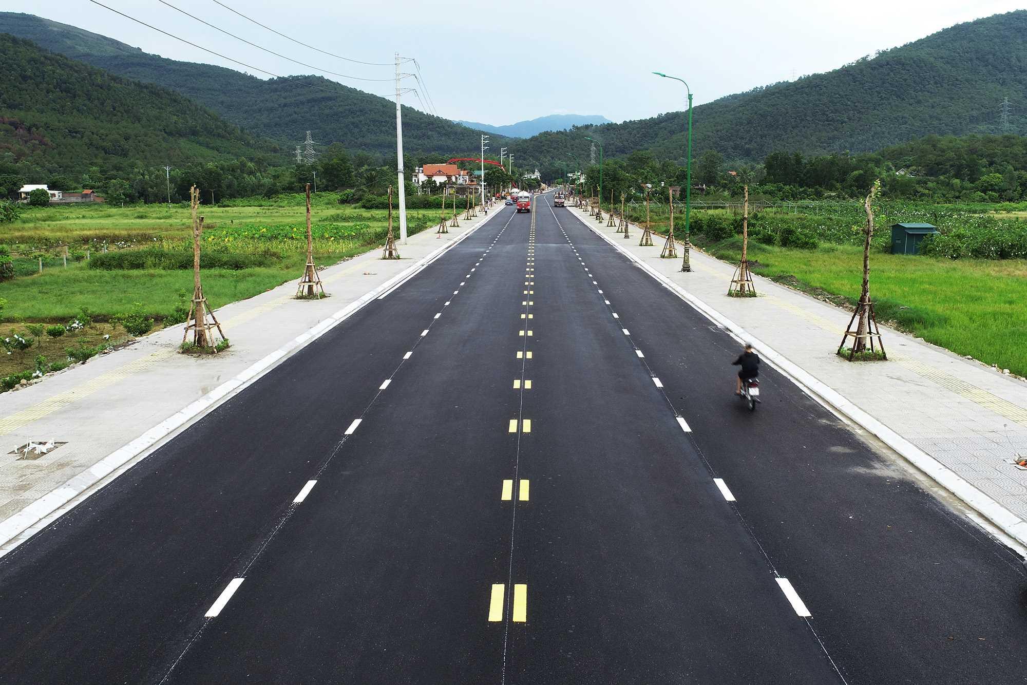 Tuyến đường vào Khu di tích Quốc gia đặc biệt Yên Tử.